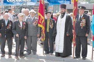 Могилы героев под сенью православной церкви