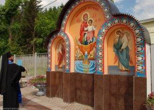 На источнике в Саржином Яру освящена стела с иконой Божией Матери