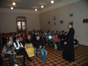 Воспитанники Харьковской духовной семинарии провели беседы в средней школе