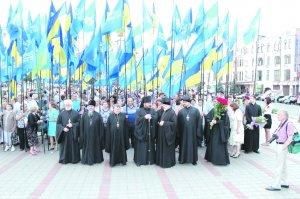 У День Конституції архієпископ Онуфрій поклав квіти доМонументу Незалежності України
