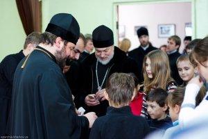 Архиепископ Онуфрий вручил рождественские подарки детям