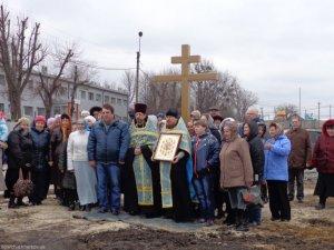 В поселке Коммунар установлен Поклонный крест