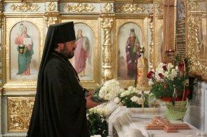 У могилы митрополита Никодима вдень его Ангела архиепископОнуфрийвозложил цветы