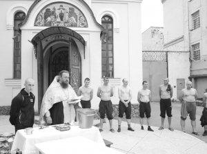 В следственном изоляторе Харькова совершено таинство Крещения