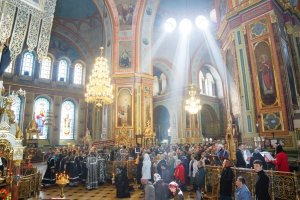 В день Великой Пятницы митрополит Онуфрий совершил вечернее богослужение с выносом плащаницы
