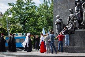 В день Конституции Украины митрополит Онуфрий возложил цветы у памятника Т. Г. Шевченко