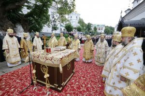 Собор епископов УПЦ перед началом работы совершил панихиду у могилы Блаженнейшего Митрополита Владимира