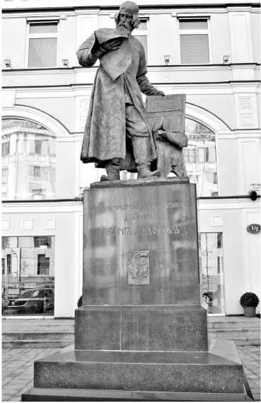 Памятник первопечатнику Ивану Федорову в Театральном проезде в Москве