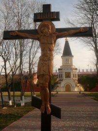 На месте разрушенного  храма Христа Спасителя установлен и освящен Православный Крест